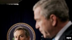 Буш отозвался о работе группы Бейкера с похвалой, но реализовать ее предложения на практике не обещал. После встречи с британским премьером (на заднем плане)