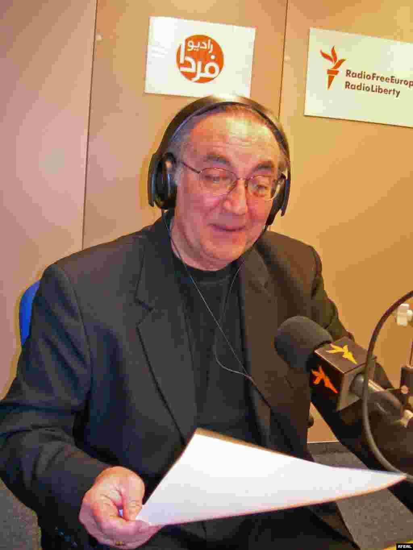 ژان خاکزاد در آغاز برنامه های ويژه نوروزی در روز اول فروردين ماه 1386 خورشيدی: «شنوندگان عزیز، به برنامه نوروزی رادیو فردا خوش آمدید...»
