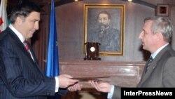 Посол РФ Вячеслав Коваленко (справа, на вручении верительных грамот) подтвердил тезис вернувшего его в Тбилиси президента Путина: «уступки» кончились, Россия ожидает теперь от южного соседа встречных шагов