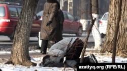 Молодой человек молится на улице. Алматы, 28 ноября 2012 года. Иллюстративное фото.