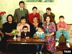 Нұрсұлтан Назарбаевтың отбасы, 1992 жыл. Оң жақтан екінші отырған —Дариға Назарбаева, оның ту сыртында сүйеніп тұрған — Рахат Әлиев. Үстел басында оң жақта отырған бала — Айсұлтан Назарбаев.
