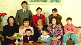 Президент Нұрсұлтан Назарбаев отбасымен бірге отыр. Екінші қатарда оң жақтан бірінші - Рахат Әлиев.