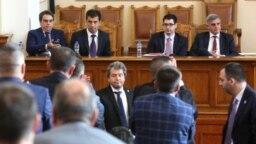 Тошко Йорданов от ИТН (в средата). Зад него (от ляво надясно) служебните министри Асен Василев, Кирил Петков, Атанас Пеканов и служебният премиер Стефан Янев.
