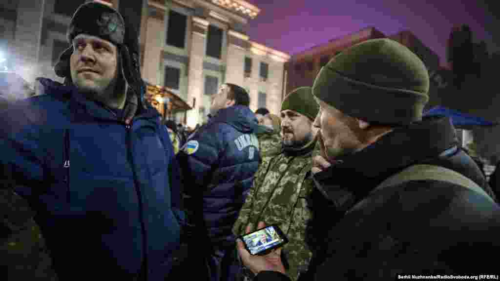 Noyabr 25-inde aqşamğa yaqın faaller Kyivde Rusiye elçiliginiñ binası yanına narazılıq aktsiyasına kelip başladı.