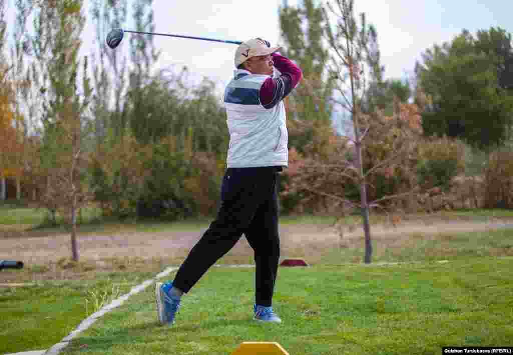 Кореец Ким Чен Хо - бизнесмен из Узбекистана. В свободное время занимается гольфом. Он победитель нескольких международных турниров. По его словам, поля для гольфа в Кыргызстане не отвечают международным требованиям.