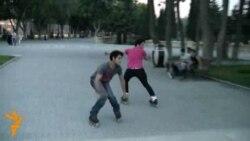 Diyircəkli ayaqqabıyla uçan gənclər