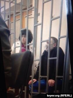 Бекир Дегерменджи в кислородной маске в зале суда. Симферополь, 6 декабря 2017 года