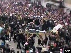 """Suriya - İdlib vilayətində - Maaret al-Noman-da nümayişçilər """"şəhidləri"""" dəfn edir, 7 fevral, 2012"""