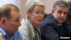 Леонід Кучма (праворуч) на переговорах щодо ситуації на Сході, Донецьк, 23 червня 2014 року