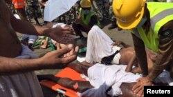 Рятувальники надають допомогу постраждалим у тисняві