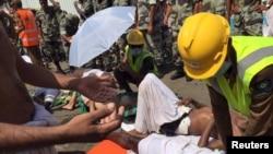 نیروهای امدادگر در حال کمک به مجروحان حادثه منا