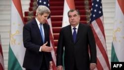 Государственный секретарь США Джон Керри (слева) и президент Таджикистана Эмомали Рахмон. Душанбе. 3 ноября 2015 года.