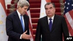 Государственный секретарь США Джон Керри (слева) и президент Таджикистана Эмомали Рахмон в Душанбе. 3 ноября 2015 года.