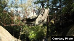 Сегодня о задумке Нодара Думбадзе напоминают лишь чудом уцелевшие от рук вандалов бронзовые фигурки – персонажи сказок, встречающие посетителей у входа в парк