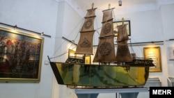 کشتی قرآنی مطلا سه متر طول، یک متر عرض و یک متر ارتفاع دارد.