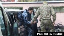Захваченного украинского военнослужащего привезли на заседание суда в Симферополе, ноябрь 2018 год