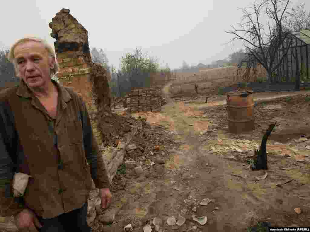 Innokenty Vasilevich came back to his house in the Vyksunsky district village of Borkovka to salvage what he could and to say goodbye to his home.