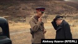 Кадр из фильма «Жат» где показаны и сотрудник НКВД и политический ссыльный (слева, российский актер Александр Карпов).