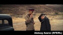Кадр из фильма «Жат», где показаны и сотрудник НКВД и политический ссыльный (слева российский актер Александр Карпов).