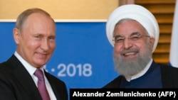 Ресей президенті Владимир Путин (сол жақта) мен Иран президенті Хассан Роухани ШЫҰ саммитінде. Циндао, Қытай, 9 маусым 2018 жыл.