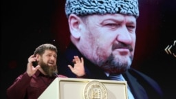 Глава Чечни Рамзан Кадыров и фото его отца, первого президента Чечни Ахмата Кадырова