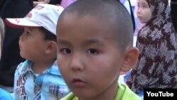 Родственник опознал этого мальчика из видео о джихадистах как шестилетнего Абилькаира.
