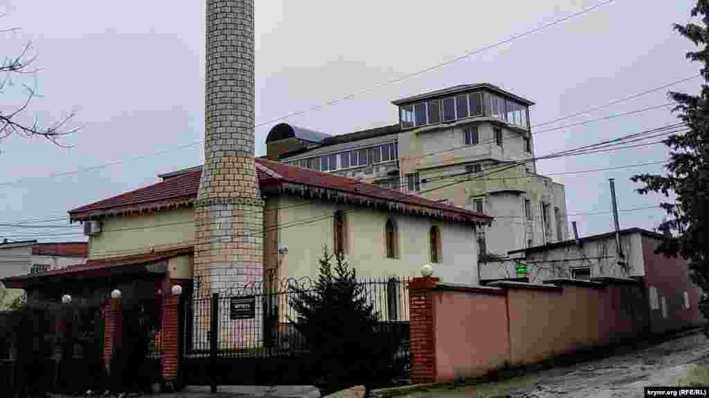 Мечеть побудована в стилі мусульманських культових споруд. До 1930-х років комплекс складався з двоповерхового будинку з прибудованою вежею Орта-Куле. Поряд з мечеттю розташований фонтан