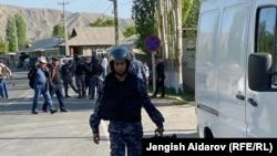 Gyrgyzystanyň Täjigistana serhetdeş Batken oblastynyň milisiýasynyň ýörite gullukçylary