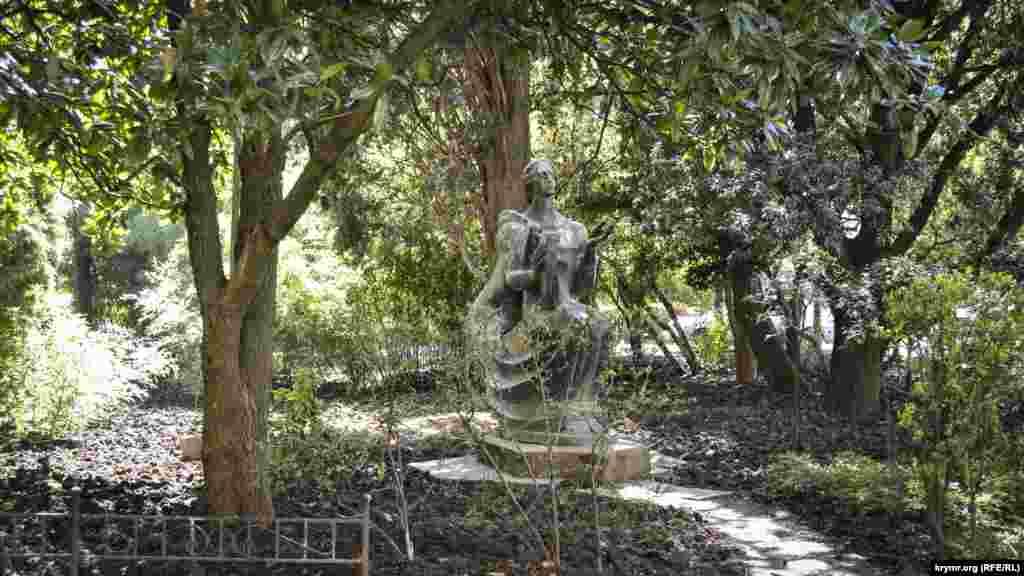 Газони і рослинність навколо «Ювілейного» доглянуті, до скульптури «Орфей» прокладена стежка