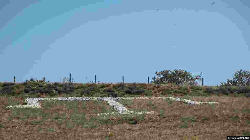 Серпень 2019. Викладена з каменів тарак-тамга на пагорбі в селищі Сонячна Долина (Кози) на південно-східному узбережжі Криму