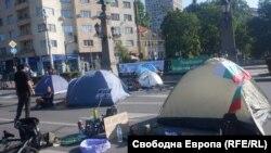 Един от палатковите лагери на протестиращите е разпънат на Орлов мост, вторият е пред президентството