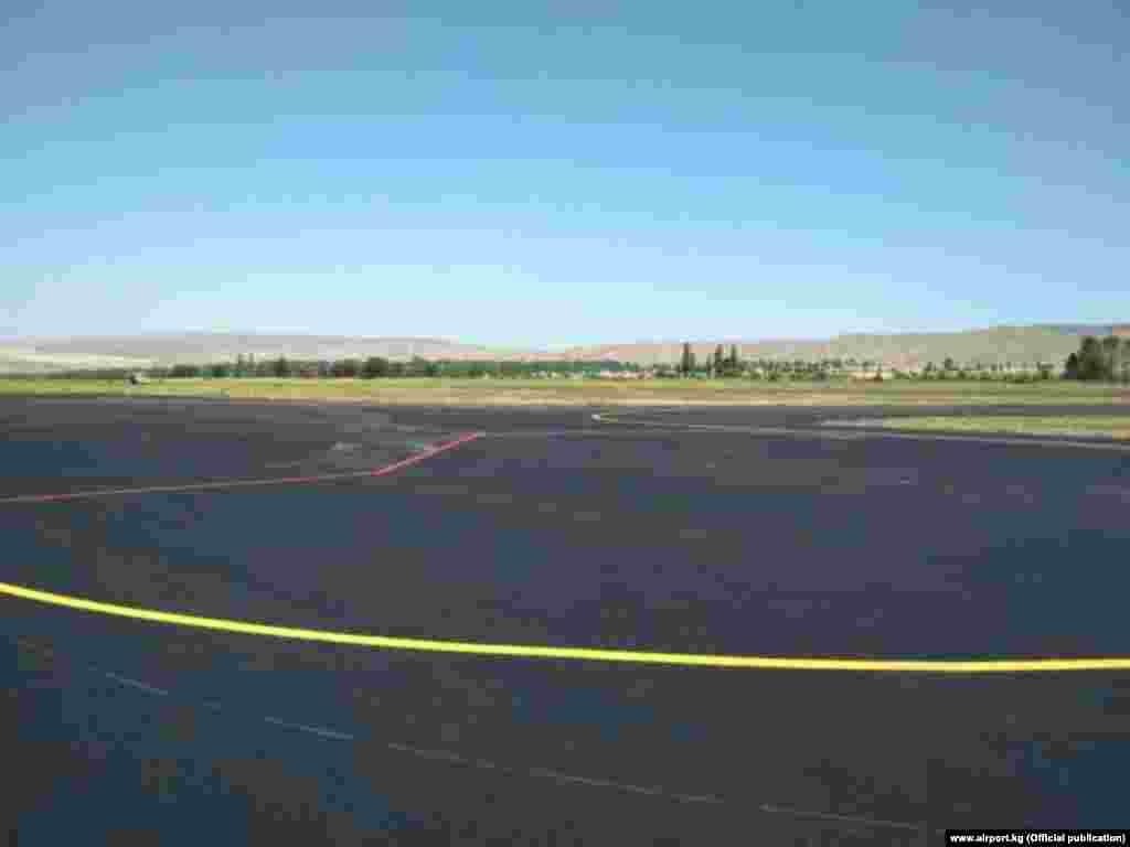 """Геосинтетикалык курулуш материалдарын колдонуу менен 75 миң чарчы метр асфальт бетон төшөлгөнүн, """"Манас"""" эл аралык аэропортунун маалымат кызматы билдирди."""