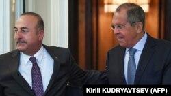 Главы МИД России и Турции - Сергей Лавров (справа) и Мевлют Чавушоглу