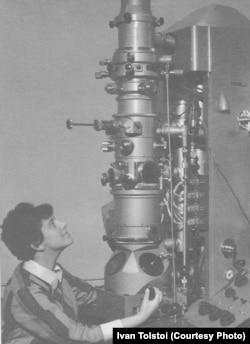 Людмила Штерн у электронного микроскопа. 1967