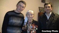 Күмүш Суранова небереси Нурлан (солдо) жана журналист Кубат Чекиров менен.