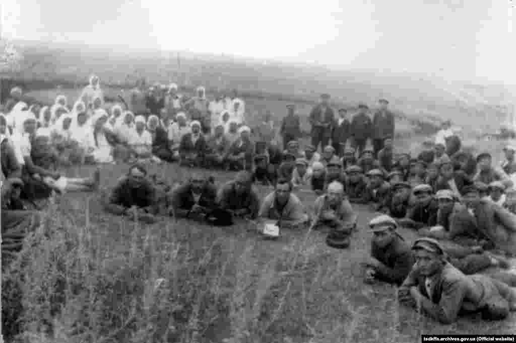 Трудівники колгоспу імені Д. Бєдного Красноармійського району Донецької області після зборів, село Удачне, 1930-і роки