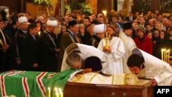 Orthodox priests bid farewell to Patriarch Aleksy.