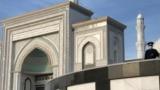 Сотрудник полиции на территории мечети в день Ораза-айта. Нур-Султан, 13 мая 2021 года.
