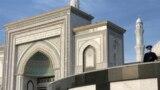 Ораза айт күні мешіт аумағын бақылап тұрған полиция қызметкері. Нұр-Сұлтан қаласы, 13 мамыр, 2021 жыл.