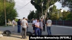 Приехавшие в поселок Заречный сторонники Асета Абишева хотели встретить его у ворот колонии. Алматинская область, 29 июля 2021 года