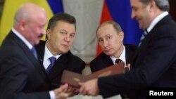 Президент России Владимир Путин (второй справа) и президент Украины Виктор Янукович (второй слева).