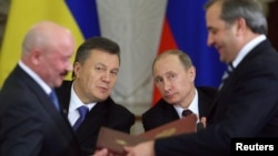 Виктор Янукович (солдо) менен Владимир Путин тийиштүү келишимдерге 17-декабрда Москвадагы жолугушууда кол коюшкан.