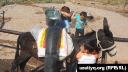 Дети в Южно-Казахстанской области идут за водой.