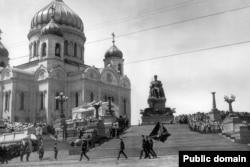 Вид на памятник и храм с набережной Москвы-реки.