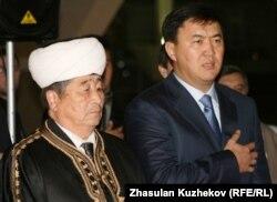 «Нұр Отан» хатшысы Қайрат Сатыбалдыұлы халал өнімдер көрмесін ашып тұр. Астана, 7 қазан 2010 жыл.