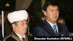 Кайрат Сатыбалдыулы, секретарь партии «Нур Отан», на открытии выставки продукции «халал». Астана, 7 октября 2010 года.