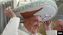 Папа Францішак прымярае самбрэра, якое атрымаў ад мэксіканскага журналіста ў аэрапорце Гаваны