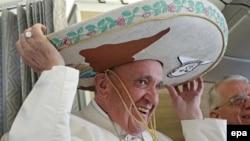 Папа Франциск вдягає сомбреро, подароване мексиканським журналістом, Куба, 12 лютого 2015 року