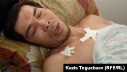 Раненный участник беспорядков в реанимационном отделении больницы города Жанаозен. 18 декабря 2011 года.