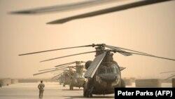 هلیکوپترهای قوای هوایی امریکا در حال ترک میدان هوایی کندهار